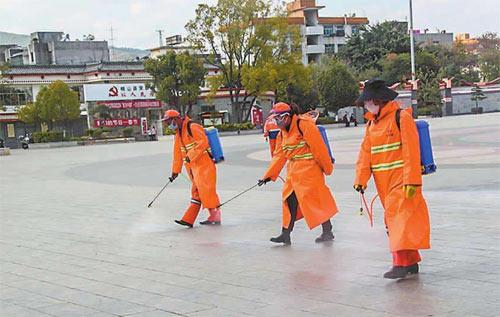 环卫工人正在对街道进行消毒